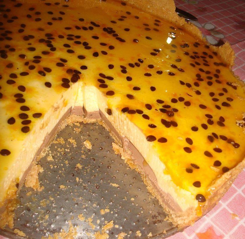 Torta de maracujá tem uma caminha de ganache! Hummm… Pode babar mas antes clica para pegar a receita –
