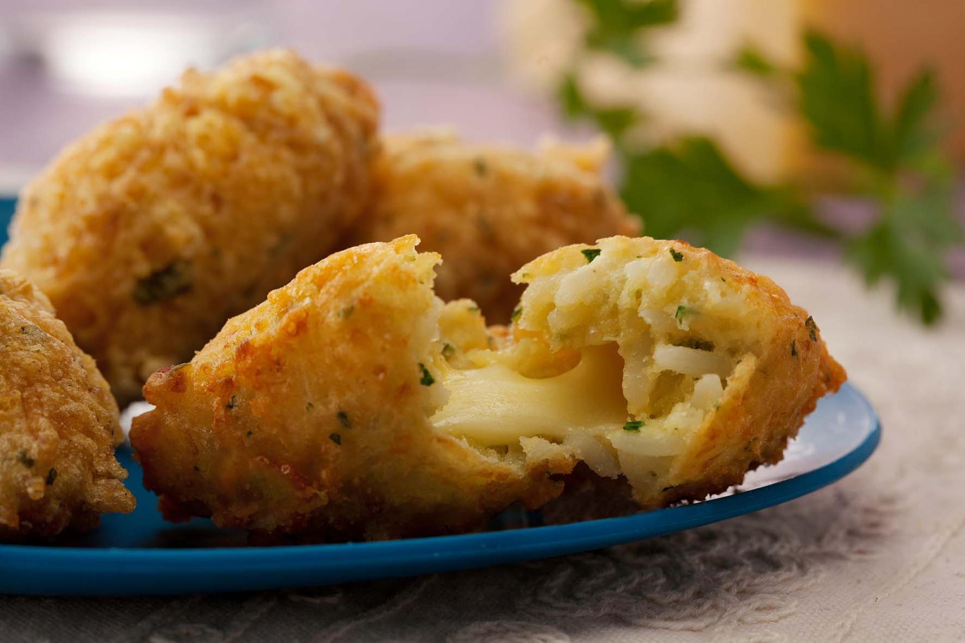 Bolinho de arroz recheado com queijo: saiba como fazer receita de um jeito fácil e rápido!