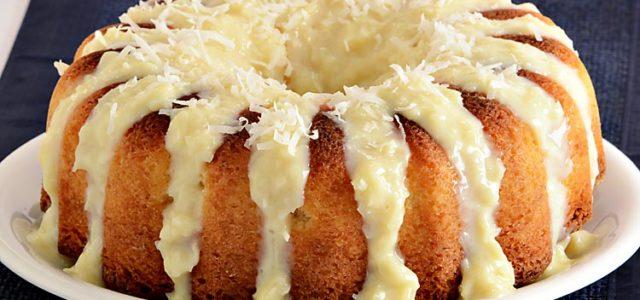 Não há quem resista a esse bolo gelado de beijinho! Massa de liquidificador super fofinha, cobertura fácil e cremosa. Experimente!
