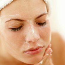 Peeling clareador tira qualquer manchinha da pele e é feito só com 2 ingredientes