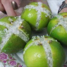 Super Dica: Corte limões em 4 pedaços, salgue-os e coloque na cozinha. Você vai se surpreender