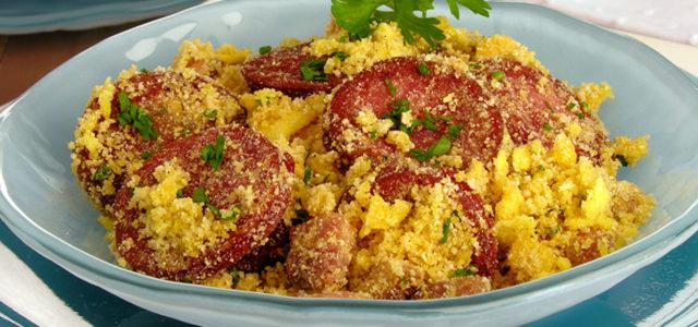 Farofa com bacon e linguiça:o melhor acompanhamento tradicional com um toque inovador
