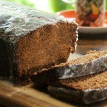 Aprenda a fazer um delicioso bolo pão de mel. Feito com chocolate e com aquele gostinho de receita da vovó.