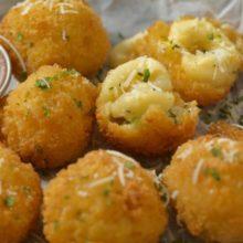 Bolinha de queijo fit é feita com batata doce e aveia: aprenda receita fácil e de forno